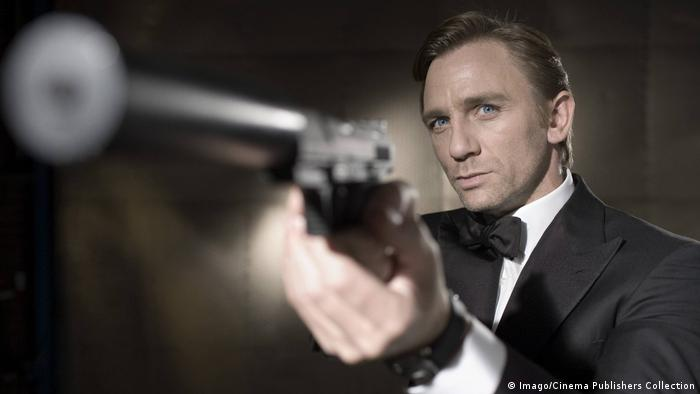 Daniel Craig mit Waffe in Casino Royale (Imago/Cinema Publishers Collection)