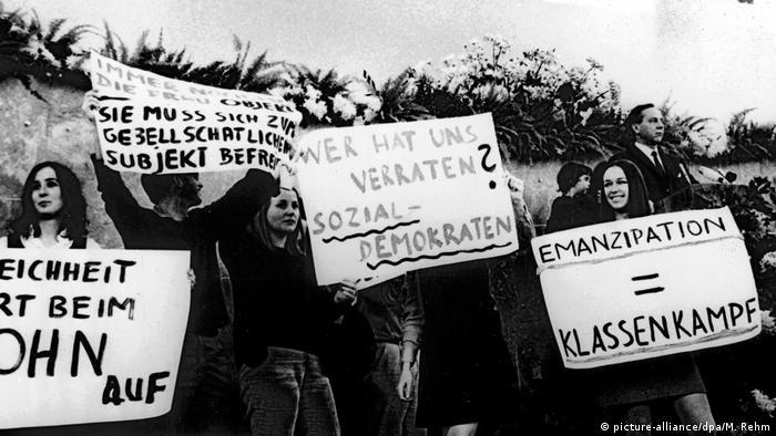 تا سال ۱۹۵۸ در آلمان غربی وظیفه تصمیمگیری درباره سرنوشت خانواده بر عهده مرد بود. تعیین وظایف و مسئولیتها به طور رسمی بر مبنای تفکر سنتی و جنسیت تعریف میشد. با وجود این که قانون برابری حقوق زن و مرد را به رسمیت شناخته بود، تا سال ۱۹۷۷ طول کشید تا زنان به طور رسمی بتوانند بدون اجازه همسر حق کار داشته باشند. تا سال ۱۹۶۲ در آلمان فدرال زنان نمیتوانستند به طور مستقل برای خود حساب بانکی باز کنند.