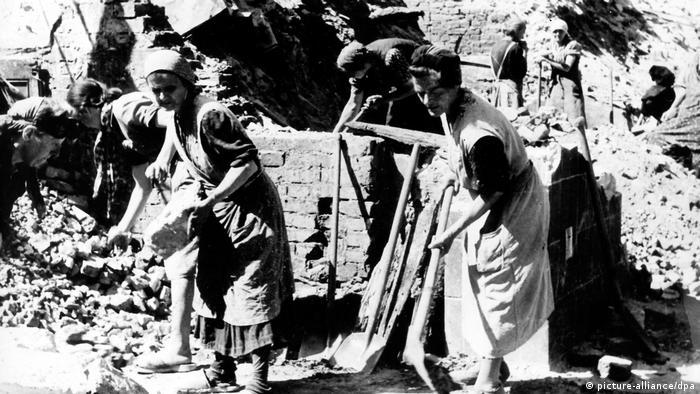যুদ্ধের পর ধ্বংসস্তূপ সরানোর কাজে হাত লাগাচ্ছেন মহিলারা