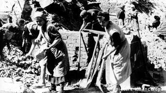 Les femmes aident à déblayer les rues des gravats
