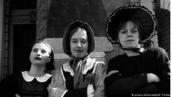 اولین گامها در جنبش زنان آلمان به منظور احقاق حقوق خود در خانواده و جامعه از دهه ۱۸۴۰ میلادی برداشته شد. مبارزات اجتماعی و تلاطمهای شدید سیاسی آلمان در این سالها اثر خود را بر جنبش زنان نیز گذاشت. شعارهای آزادی، برابری و استقلال به شعار زنان نیز تبدیل شد. زنان مبارز دست به سازماندهی فعالیت خود زدند. اولین سازمان زنان آلمان در ۱۸۶۵ تشکیل شد.
