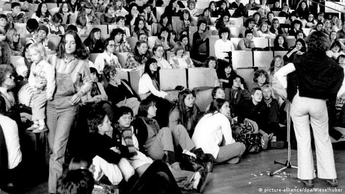 در جلسه اتحادیه سوسیالیست دانشجویان آلمان در سپتامبر ۱۹۶۸ زنان نسبت به تبعیض در گروههای مستقل اعتراض کردند. زن دانشجویی به نام هالکه زاندر با پرتاب گوجه فرنگی به سوی هیئت مدیره در روی صحنه اعتراض خود را نسبت به عدم حضور فعال زنان در سازمانهای مستقل نشان داد. انتقاد از تبعیض در نهادهای آزادیخواه و دانشجویی شروع مبارزات جدید زنان آلمان بود که به نام جنبش نوین یا دور دوم جنبش فمینیسم شناخته میشود.