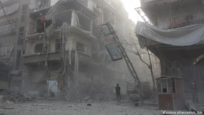 Edifícios em Ghouta Oriental destruídos por ataques aéreos executados pelo regime sírio comandado por Bashar al-Assad