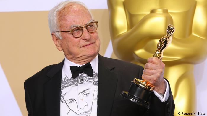 James Ivory, de 90 anos, segura o troféu de melhor roteiro adaptado