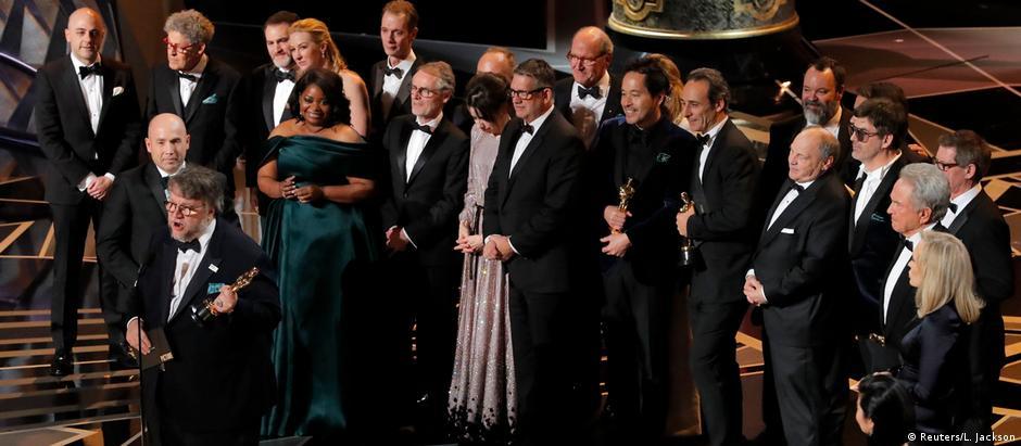 Guillermo del Toro discursa após receber o Oscar de melhor filme