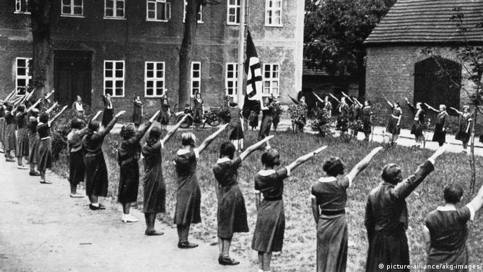 Women during the Nazi era stretching out their hands (picture-alliance/akg-images)