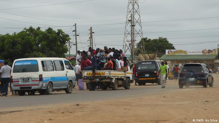 Chapas numa das principais praças da periferia de Maputo, Moçambique