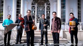 گروه هزار آواز به سرپرستی آزاد میرزاپور و خوانندگی وحید تاج قطعات موسیقی سنتی و محلی را در کنسرت خود اجرا کردند