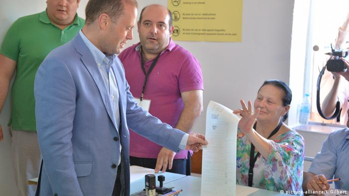 Malta Prime Minister Joseph Muscat voting in 2017 in Malta (picture-alliance/K.Gilbert)