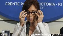 ARCHIV - 07.12.2017, Argentinien, Buenos Aires: Die argentinische Ex-Präsidentin Cristina Fernandez Kirchner während einer Pressekonferenz. (zu dpa Prozess gegen Argentiniens Ex-Präsidentin Kirchner bestätigt vom 05.03.2018) Foto: Osvaldo Fantón/telam/dpa +++(c) dpa - Bildfunk+++ |