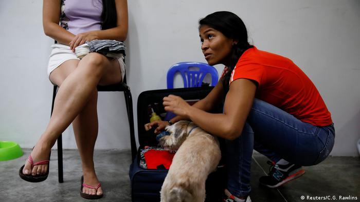 El 2 de noviembre de 2017, Alejandra Rodríguez empaca sus pertenencias en su casa en Caracas, Venezuela, antes de viajar en autobús a Chile. La joven de 23 años es contadora de una empresa de importación. Asegura que nunca había querido dejar Venezuela, y mucho menos en autobús hacia Chile. Dice que lo hace porque no tiene alternativa.