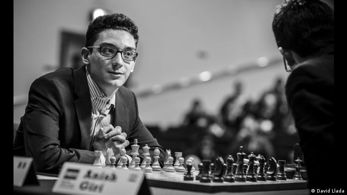 Fabiano Caruana sitting in front of a freshly-laid out chess board (Foto: David Llada)