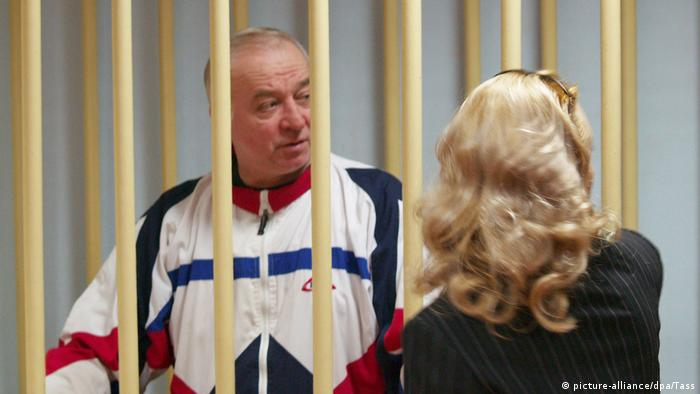Sergei Skripal pictured in court his lawyer (picture-alliance/dpa/Tass)