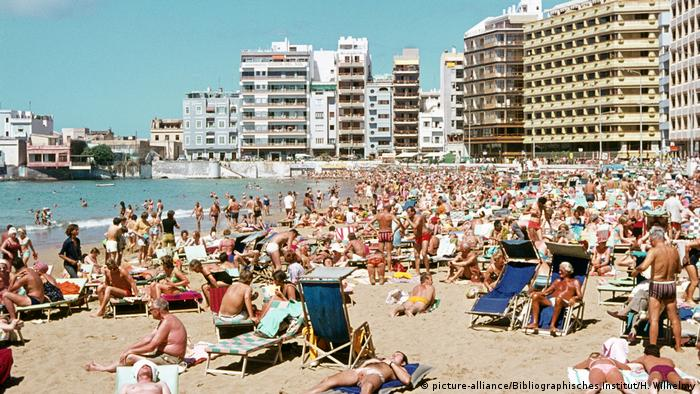 Massentourismus Gran Canaria - Playa de las Canteras (picture-alliance/Bibliographisches Institut/H. Wilhelmy)