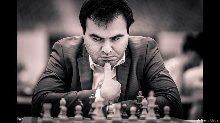 Shakhriyar Mamedyarov sitzt grübelnd vor einem Schachbrett (Foto: David Llada)