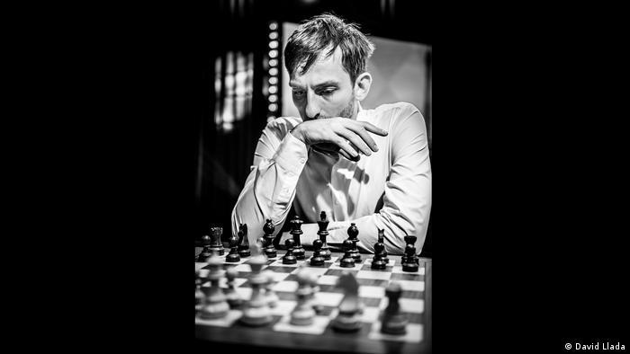 Alexander Grischuk (auch Grischtschuk geschrieben) schaut grübelnd auf ein Schachbrett (Foto: David Llada)