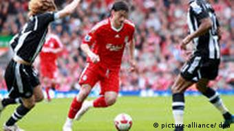 Liverpool's Albert Riera (C) runs at the Newcastle defense during the Barclays Premiership fixture between Liverpool and Newcastle United in Liverpool, Britain on 03 May 2009. EPA/STEPHEN WOODS UK AND IRELAND OUT / NO ONLINE USE WITHOUT A LICENSE FROM THE FOOTBALL DATA CO. +++(c) dpa - Bildfunk+++