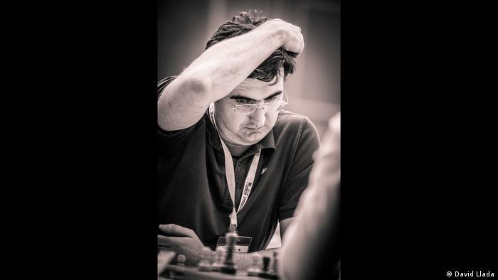 Wladimir Kramnik schaut auf ein Schachbrett und kratzt sich am Kopf (Foto: David Llada)