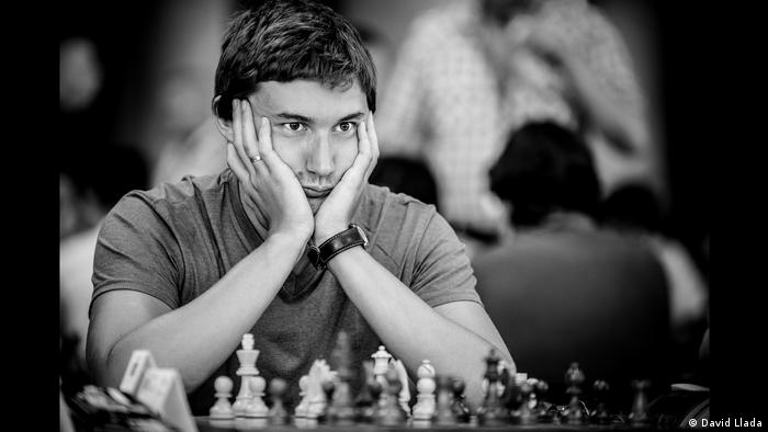 Sergei Karjakin seated with his head in his hands (Foto: David Llada)