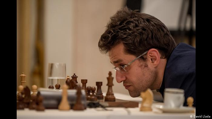 Armenian Levon Aronian stares at the pieces on a chess board (Photo: David Llada)