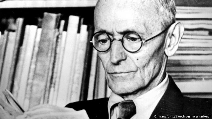 Hermann Hesse liest ein Buch (1946) (Imago/United Archives International)
