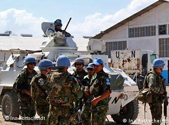 UN-Truppen vor einem Panzer