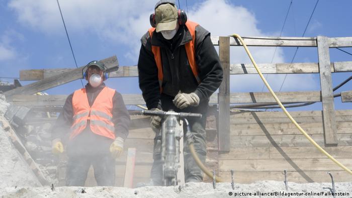 Arbeiter mit Presslufthammer, Abrissarbeiten, Workers with air hammer... (picture-alliance/Bildagentur-online/Falkenstein)