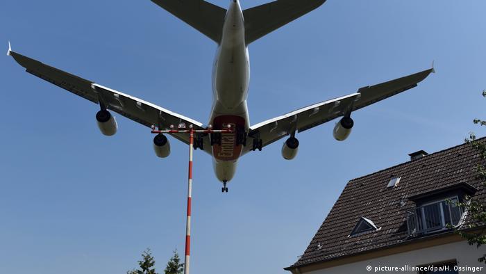 Ein Flugzeug fliegt an einem Wohngebäude vorbei (Foto: picture alliance/dpa/H.Ossinger)