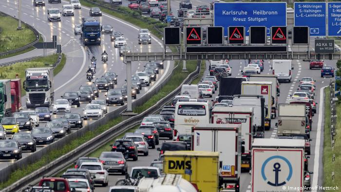 Photo: Heavy traffic on a motorway (Source: Imago/Arnulf Hettrich)