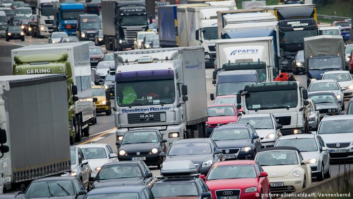 Cars and trucks in a traffic jam on a highway near Cologne (picture-alliance/dpa/R. Vennenbernd)