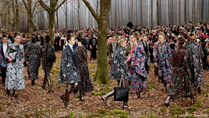Chanel Fall/Winter 2018 défilé set in a forest-like environment