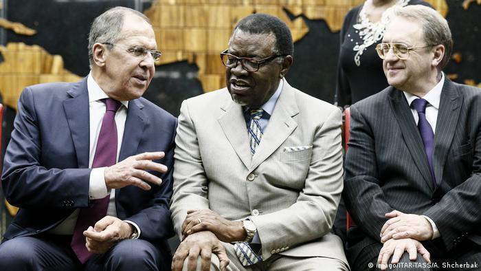 Serguei Lavrov (esq.) ao lado do presidente da Namíbia, Hage Geingob