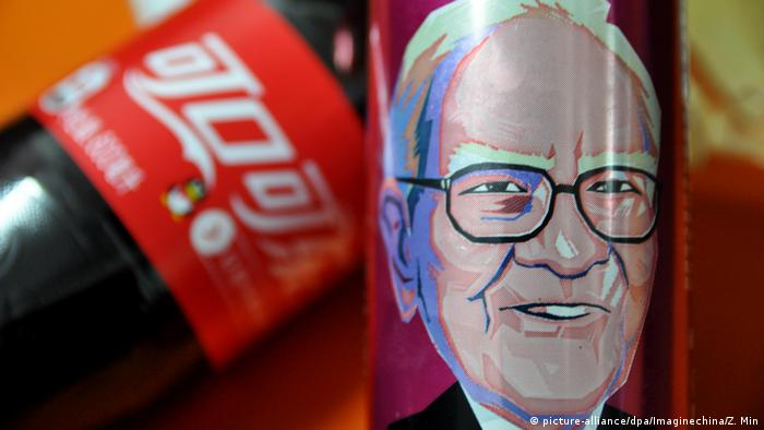 Warren Buffett Karikatur auf Coca Cola Dose (picture-alliance/dpa/Imaginechina/Z. Min)