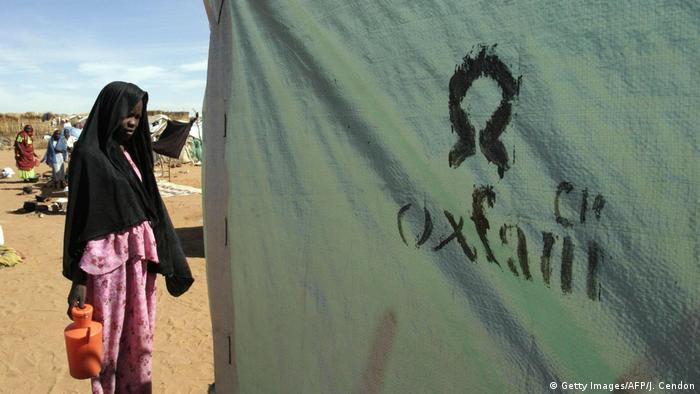 Sudan - Eine sudanesische Frau wartet vor einer Toilette der britischen Hilfsorganisation Oxfam