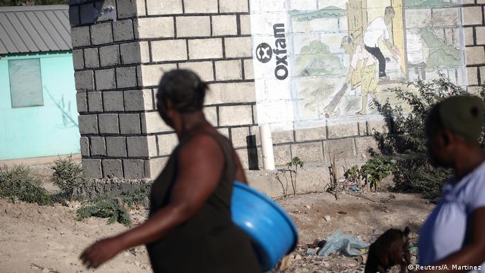 Haiti - Leute vor Oxfarm Schild in Corail