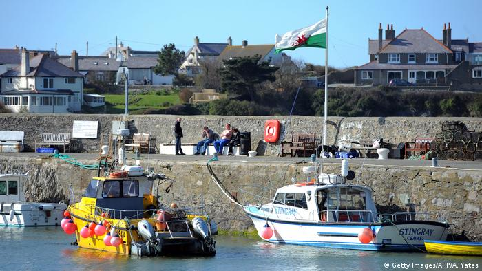 Barcos atracados em um cais