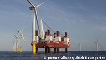 Windturbinen im Offshore-Windpark Amrumbank West der E.ON SE. Installationsschiff MPI Resolution.