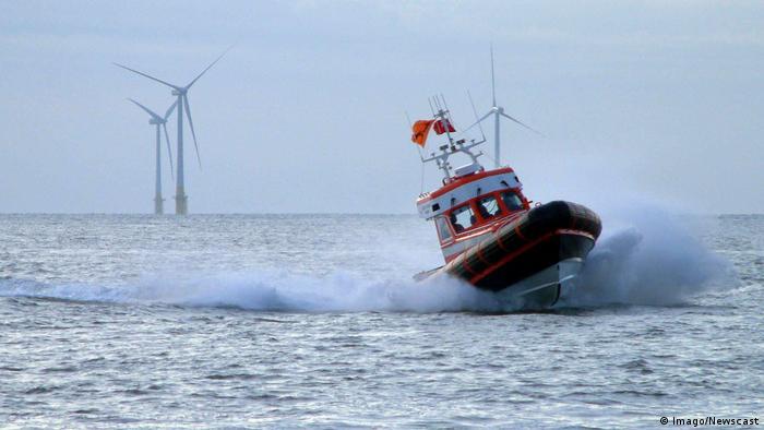 Foto eines Rettungsboots vor Offshore-Windpark