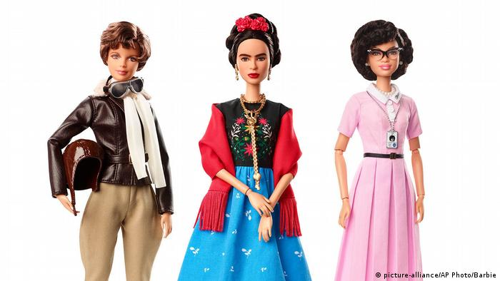 Barbie puppen von Pilotin Amelia Earhart, künstlerin Frida Kahlo und Mathematikerin Katherine Johnson (picture-alliance/AP Photo/Barbie)