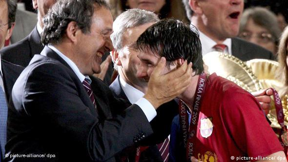 UEFA President Michel Platini congratulates Barcelona players Lionel Messi after the Champions League final between Barcelona and Manchester United at the Stadio Olimpico in Rome, Italy, 27 May 2009. Barcelona won 2-0. EPA/MATTEO BAZZI NO MOBILE DEVICES +++(c) dpa - Report+++