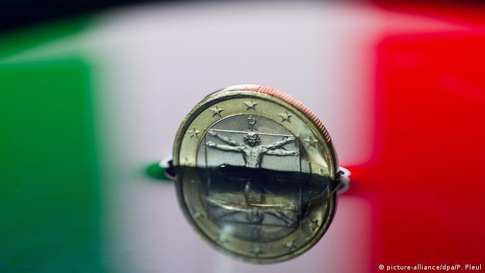 Symbolbild italienische Ein-Euro-Münze sinkt in Italiens Farben