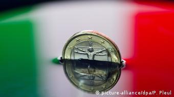 «Το μόνο που αποκλιμακώνει κάπως την κατάσταση στην Ιταλία είναι σήμερα η πολιτική φθηνού χρήματος της ΕΚΤ», γράφει η FAZ.