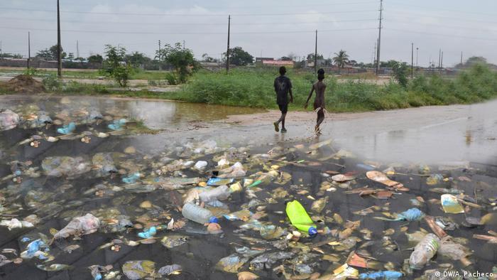 Angola | Pfützen und Müll in Luanda (DW/A. Pacheco)