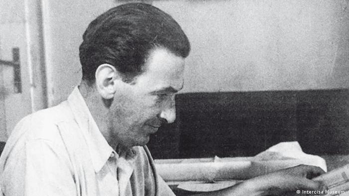 Tibor Weiner in seinem Büro in Chile (public domain)