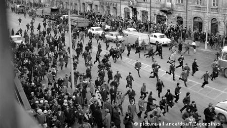 Students demonstrated in front of the Communist Party building in Warsaw in 1968. (picture-alliance/dpa/T.Zagodzinksi)