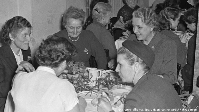 در آلمان شرقی اتحادیههای زنان شکل گرفتند. در حالی که در آلمان غربی زنان برای یافتن محل نگهداری کودکان و مهد کودک و ادغام وظایف مادری و شغلی با مشکلات زیادی روبرو بودند، آلمان شرقی با اختصاص امکانات ویژه دولتی به مهد کودکها، امکان کار آزادانه زنان را فراهم کرده بود. زنان در سازمانهای کلیسایی گروههای غیر دولتی خود را تشکیل دادند که بعدها در جریان اتحاد دو آلمان نقش فعالی ایفا کردند.