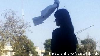 Iran Frau protestiert wegen Kopftuch-Gesetz (picture-alliance/abaca/Salampix)