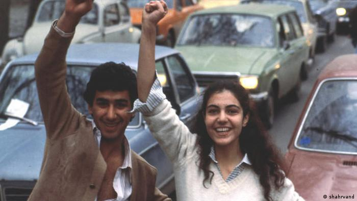 بسیاری از زنان و مردانی که در انقلاب بهمن ۵۷ شرکت کردند خواستار عدالت اجتماعی و آزادیهای سیاسی بیشتر بودند. اینکه چه سرنوشتی در انتظار مملکت است برای کسی روشن نبود. ضعف حافظه تاریخی و زندگی در جامعهای بدون آزادیهای سیاسی و تمرینهای دمکراتیک زمینهساز ورود به دورهای شد که در آن دستاوردهای جنبش زنان ایران را به شدت به زیر سوال بردند.