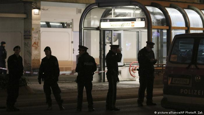 Police investigate the scene of the stabbing in Nestroyplatz (picture-alliance/AP Photo/R. Zak)