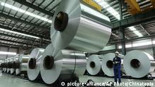 ARCHIV - 03.08.2017, China, Suixi: EinArbeiter platziert in einer Fabrik inder Provinz Anhui mithilfe eines Krans eine Rolle Aluminium in einer Lagerhalle. US-Präsident Trump hat angekündigt, in der nächsten Woche Strafzölle für Stahl- und Aluminiumimporte zu verhängen. Diese sollen 25 Prozent für Stahl und zehn Prozent für Aluminium betragen. Foto: Uncredited/CHINATOPIX/AP/dpa +++(c) dpa - Bildfunk+++ |